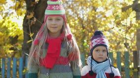 Stående av lantliga barn, syskongrupp på gul lövverkbakgrund arkivfilmer