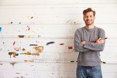 Stående av Leaning Against Paint för manlig konstnär den dolda väggen royaltyfri bild
