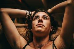 St?ende av ligga f?r ung kvinna som ?r fundersamt fotografering för bildbyråer