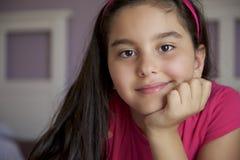 Stående av lilla flickan i sängrum Arkivbilder
