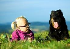 Stående av lilla flickan med den utomhus- hunden Arkivbild