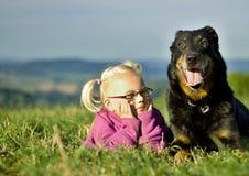 Stående av lilla flickan med den utomhus- hunden Royaltyfri Fotografi