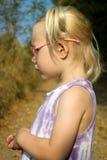 Stående av lilla flickan med glasögon Arkivbilder