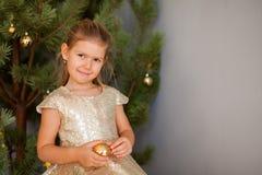 Stående av lilla flickan med julträdet royaltyfri fotografi