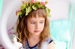 Stående av lilla flickan med kransen royaltyfri foto