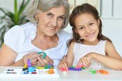 Stående av lilla flickan och hennes farmor arkivfoto