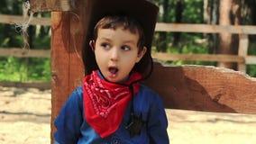 Stående av lite cowboy 1 lager videofilmer