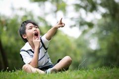 Stående av lite den asiatiska pojken i parkera Arkivfoton