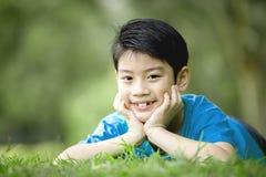 Stående av lite den asiatiska pojken i parkera Arkivbild