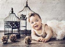Stående av lite den gulliga flickan Arkivfoto