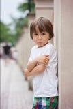Stående av lite den ilskna pojken royaltyfria bilder