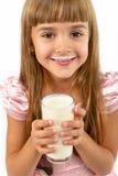Stående av lite den lyckliga flickan med ett exponeringsglas av yoghurt royaltyfria bilder