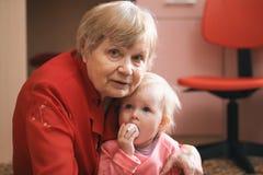 Stående av lite den söta flickan med hennes hemmastadda farmor royaltyfri fotografi