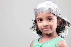Stående av lite flickan i ett lyckligt lynne Arkivbild