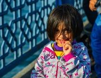 St?ende av lite flickan i Istanbul, Turkiet arkivbild