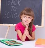 Stående av lite flickan i skola Arkivbild