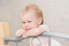 Stående av lite flickan med blont hår i säng Fotografering för Bildbyråer