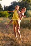 Stående av lite flickan med den äldre systern som är tonårig i natur royaltyfria bilder