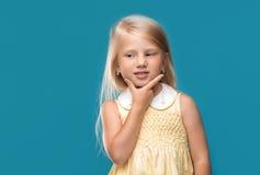 Stående av lite flickan som som tänker Arkivfoton