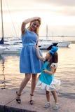 Stående av lite flickan tre år med den blåa pilbågen på hennes huvud Royaltyfria Bilder