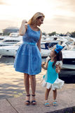 Stående av lite flickan tre år med den blåa pilbågen på hennes huvud Arkivfoto