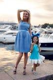 Stående av lite flickan tre år med den blåa pilbågen på hennes huvud Arkivbilder