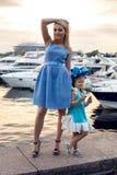 Stående av lite flickan tre år med den blåa pilbågen på hennes huvud Fotografering för Bildbyråer