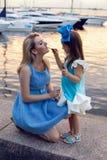 Stående av lite flickan tre år med den blåa pilbågen på hennes huvud royaltyfri fotografi