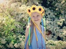 Stående av lite härliga flickor i solskenet med flätade trådar av kulört material Arkivfoto
