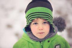 Stående av lite pojken i vinter royaltyfri fotografi