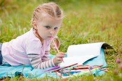 Stående av liten flickatanke om henne draw Arkivbilder