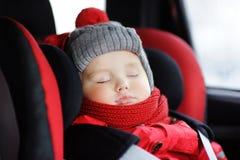 Stående av litet barnpojken som sover i bilsäte Royaltyfri Bild