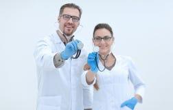 Stående av lyckad medicinsk professionell två med en stetoskop arkivbilder