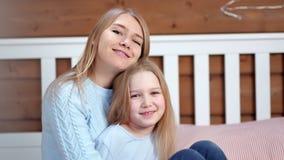 Stående av lyckamodern och den gulliga dottern som poserar och ser den hemmastadda inre för kamera lager videofilmer