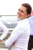 Stående av lyckat le för affärskvinna Härlig ung kvinnlig ledare Arkivfoto