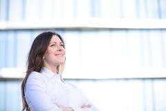 Stående av lyckat le för affärskvinna Härlig ung kvinnlig ledare i en stads- inställning royaltyfri bild