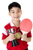 Stående av lycklig asiatisk pojkelekbordtennis Arkivbild