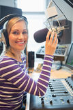 Stående av lycklig kvinnlig radiovärdsradioutsändning Royaltyfri Bild