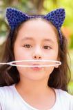 Stående av lycklig liten gril som spelar med såpbubblor på en sommarnatur Royaltyfri Bild