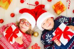 Stående av lyckliga barn med julpynt royaltyfria bilder