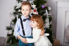 Stående av lyckliga barn - pojke och flicka Royaltyfri Foto