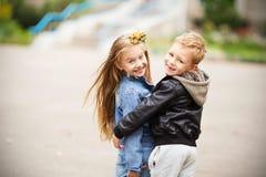 Stående av lyckliga barn - pojke och flicka Arkivfoto