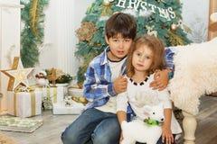 Stående av lyckliga barn - pojke och flicka Små ungar i Chri royaltyfria foton