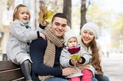 Stående av lyckliga föräldrar med barn i höst Royaltyfri Fotografi