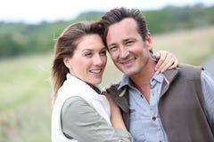 Stående av lyckliga fridfulla par som utomhus spenderar tid Arkivfoto