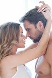 Stående av lyckliga härliga par som isoleras på vit - stående - caucasian - kyss Royaltyfri Fotografi