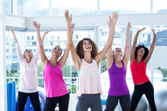 Stående av lyckliga kvinnor som övar med lyftta armar Royaltyfria Foton
