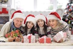 Stående av lyckliga morföräldrar med tvilling- flickor som firar jul royaltyfri bild