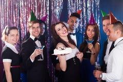 Stående av lyckliga multietniska vänner som firar födelsedag Arkivfoto