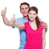 Stående av lyckliga par med tummar upp Royaltyfri Fotografi